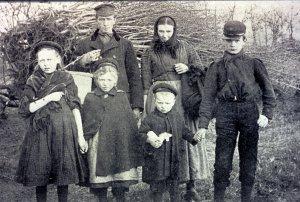 """Een Kolonistengezin, familie De Rijk """"zoals zij kwamen met al hun bezittingen"""", 1909 (Maatschappij van Weldadigheid)."""