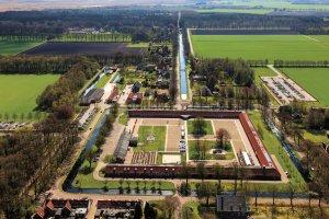 Een luchtfoto van het Tweede Gesticht in Veenhuizen, foto door Siebe Swart, 1 mei 2013 (Rijksdienst Cultureel Erfgoed).